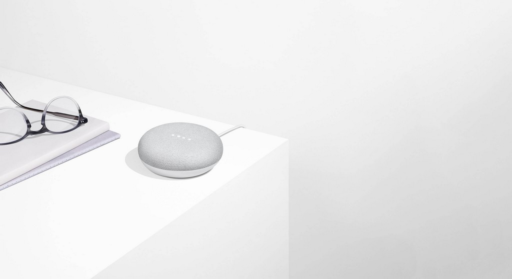 Google Home Mini posé sur un bureau